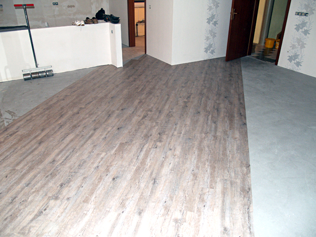 Unterboden Geschliffen, Grundiert Und Gespachtelt. Design Planken Diagonal  Im Wohnzimmer, Vollflächig Geklebt Verlegt.